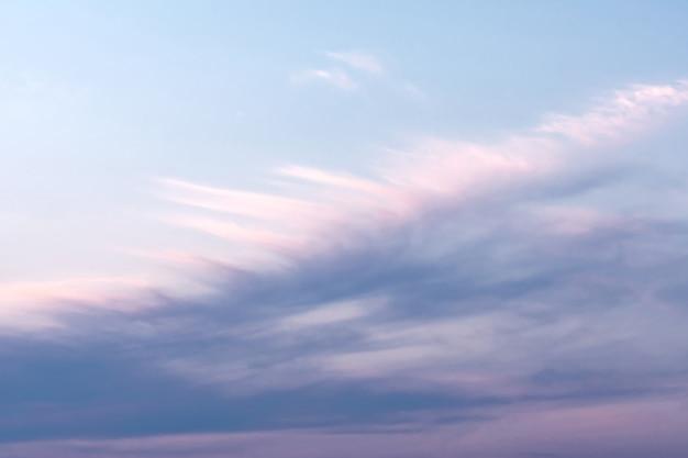 Błękitne Niebo Z Białymi I Różowymi Chmurami, Które Tworzą Wzór Piór. Koncepcja Krajobrazowa, Abstrakcja. Premium Zdjęcia