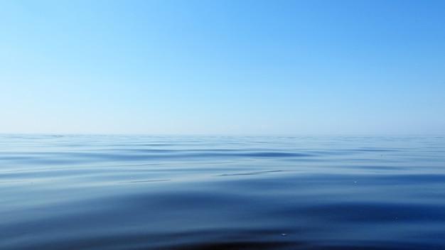 Błękitny Morze I Niebo Krajobraz Premium Zdjęcia