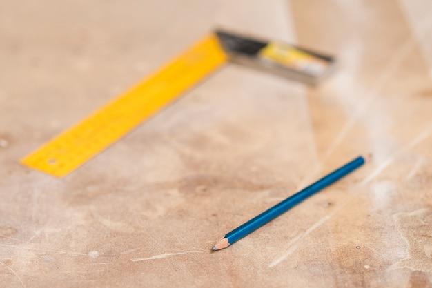 Błękitny ołówek i zamazana władca na drewnianej powierzchni Darmowe Zdjęcia