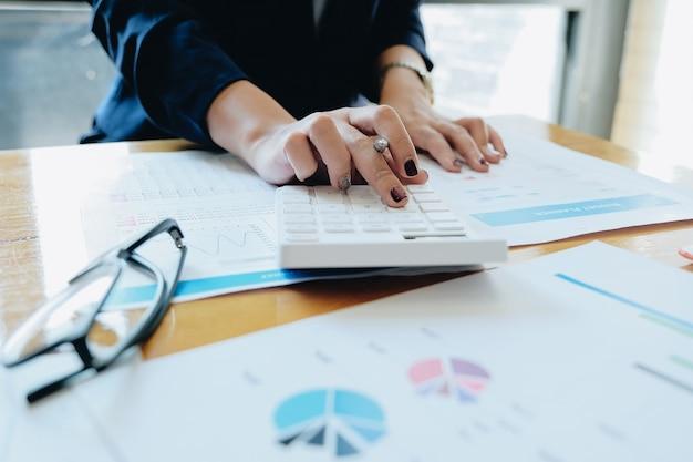 Bliska Bizneswoman Za Pomocą Kalkulatora I Laptopa Do Zrobić Matematyki Finansów Na Drewnianym Biurku W Biurze I Pracy Tle Pracy, Podatków, Rachunkowości, Statystyki I Koncepcji Badań Analitycznych Premium Zdjęcia