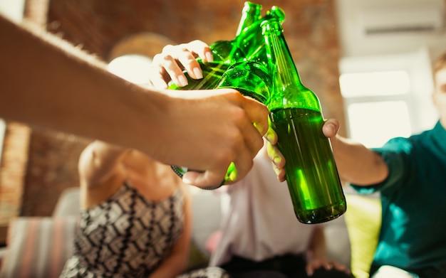 Bliska Brzęk. Młoda Grupa Przyjaciół Pije Piwo, Dobrze Się Bawi, śmieje I świętuje Razem. Darmowe Zdjęcia