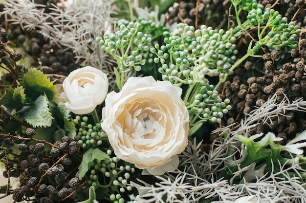 Bliska Bukiet Sztucznych Kwiatów Zorganizować Do Dekoracji W Domu, Zielony I Biały Kwiat Premium Zdjęcia