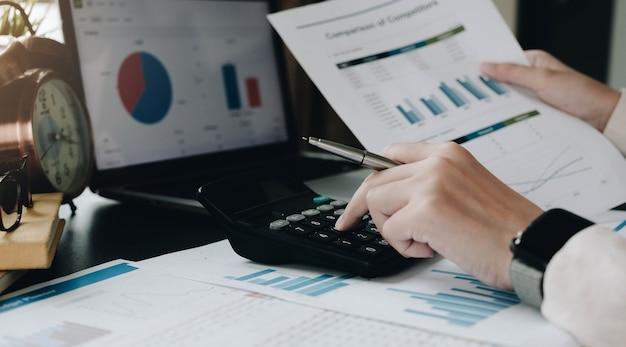 Bliska Kobieta Biznesu Za Pomocą Kalkulatora I Laptopa Do Finansów Matematycznych Na Drewnianym Biurku W Pracy Biurowej I Biznesowej, Podatki, Rachunkowość, Statystyki I Koncepcja Badań Analitycznych Premium Zdjęcia