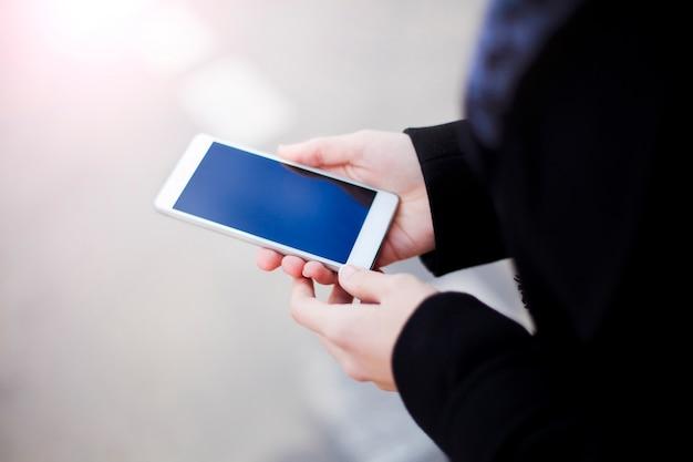 Bliska Makieta Zdjęcia Kobiecych Rąk Ze Smartfonem Z Pustym Ekranem Na Zewnątrz Premium Zdjęcia