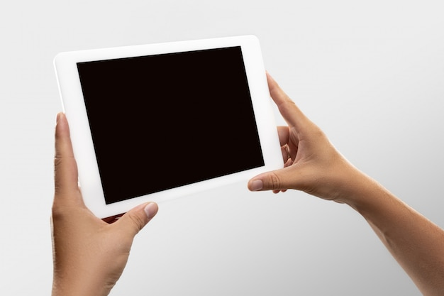 Bliska Męskie Ręce Trzymające Tablet Z Pustym Ekranem Podczas Oglądania Online Popularnych Meczów Sportowych I Mistrzostw Na Całym świecie. Darmowe Zdjęcia