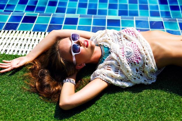 Bliska Moda Lato Portret Oszałamiającej Pięknej Kobiety, R. W Pobliżu Basenu, Relaks I Opalanie Się. Darmowe Zdjęcia