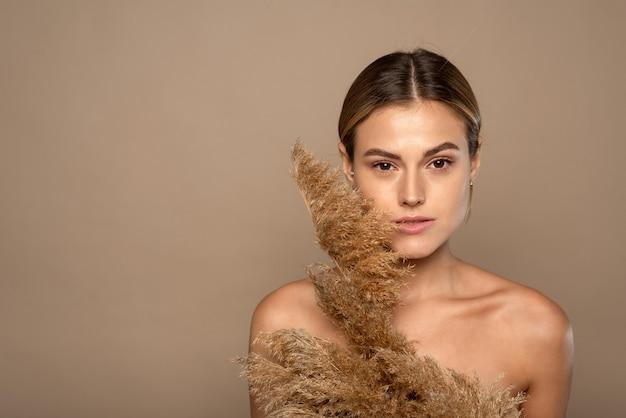 Bliska Piękno Portret Atrakcyjnej Młodej Kobiety Topless Z Brązowymi Włosami Na Beżowym Tle Premium Zdjęcia
