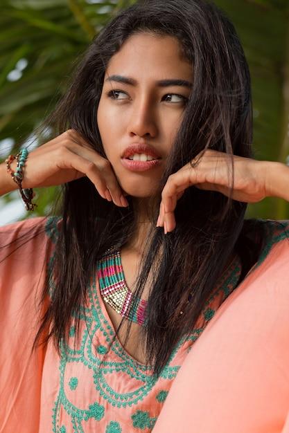 Bliska Piękno Portret Młodej Kobiety Azjatyckie Na Palmy. Doskonała Skóra. Patrząc Na Ocean. Zachód Słońca. Darmowe Zdjęcia