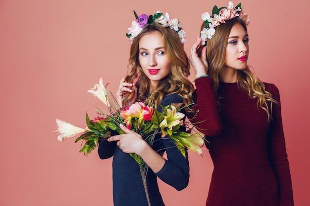 Bliska Portret Dwóch Młodych ładnych Blond Kobiet W Gniewie Wiosennych Kwiatów, Niesamowite Faliste Długie Fryzury, Jasny Makijaż, Patrząc Na Kamery. Darmowe Zdjęcia