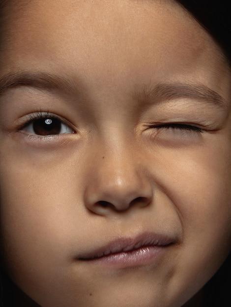 Bliska Portret Dziewczynki Azjatyckie Małe I Emocjonalne. Bardzo Szczegółowa Sesja Zdjęciowa Modelki O Zadbanej Skórze I Jasnym Wyrazie Twarzy. Pojęcie Ludzkich Emocji. Mrugając, Uśmiechając Się Figlarnie. Darmowe Zdjęcia