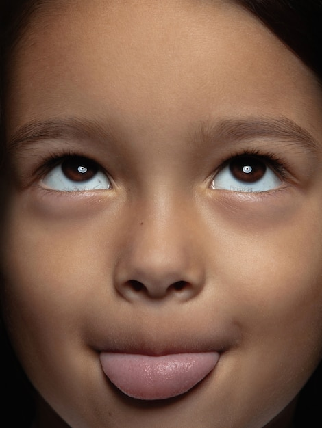 Bliska Portret Dziewczynki Azjatyckie Małe I Emocjonalne. Bardzo Szczegółowa Sesja Zdjęciowa Modelki O Zadbanej Skórze I Jasnym Wyrazie Twarzy. Pojęcie Ludzkich Emocji. Wywieszony Język. Darmowe Zdjęcia