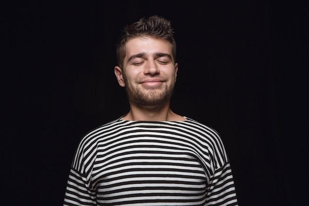Bliska Portret Młodego Człowieka Na Białym Tle. Model Męski Z Zamkniętymi Oczami. Myślenie I Uśmiechanie Się. Wyraz Twarzy, Koncepcja Ludzkich Emocji. Darmowe Zdjęcia