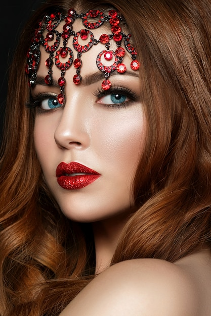 Bliska Portret Młodej Rudowłosej Kobiety Na Sobie Czerwone Usta Z Błyszczy I Brązowe Oczy Smokey. Makijaż Nowoczesnej Mody. Premium Zdjęcia