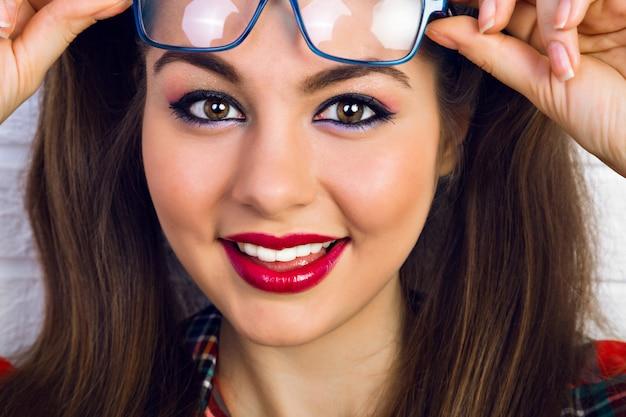 Bliska Portret Moda Styl życia Młodej Kobiety Z Jasny Makijaż I Dwa śmieszne Kucyki, Zaskoczony Pozytywne Emocje. Darmowe Zdjęcia