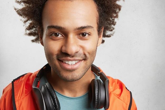 Bliska Portret Nieogolony Przystojny Młody Hipster Facet Wygląda Z Ciemnymi Błyszczącymi Oczami I Zadowolony Uśmiech Darmowe Zdjęcia