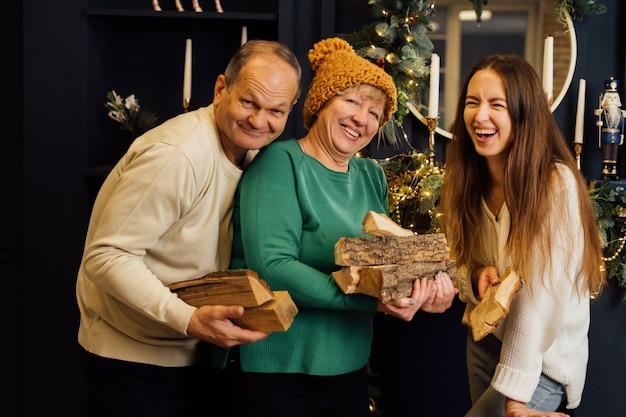 Bliska Portret Rodziny Z Starszą Starszą Kobietą, Mężczyzną I Córką Tysiącletniej. Wysokiej Jakości Zdjęcie Premium Zdjęcia