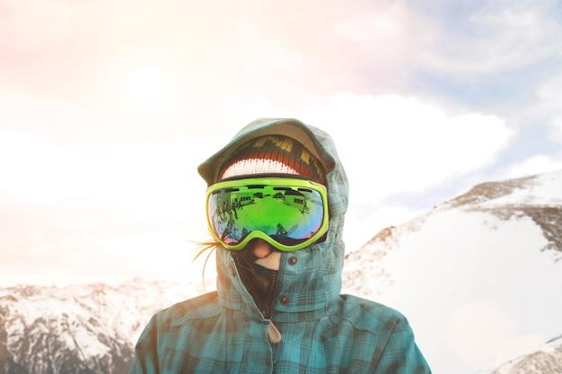 Bliska Portret Snowboarder Pozowanie Przed Zachodem Słońca I Zaśnieżonymi Górami Darmowe Zdjęcia