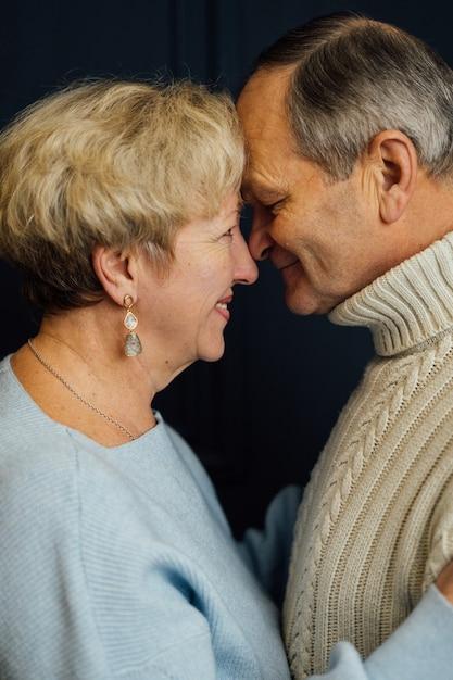 Bliska Portret Starej żony Pary I Męża Z Uśmiechem. Ciemnoniebieskie Tło. Szczęśliwi Kochankowie Premium Zdjęcia
