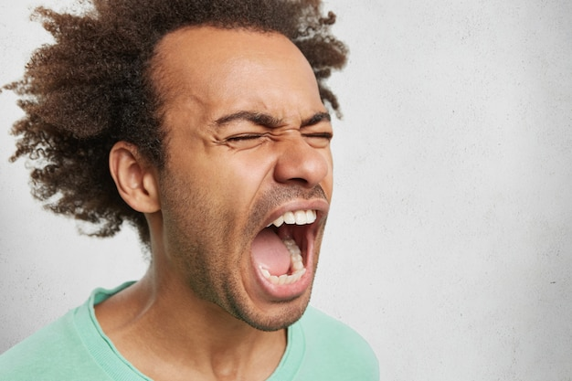 Bliska Portret Szalonego Gniewnego Młodego Ciemnoskórego Mężczyzny Krzyczy W Gniewie I Wściekłości Darmowe Zdjęcia
