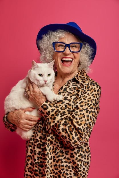 Bliska Portret Szczęśliwy Pomarszczony Modnej Babci Z Pięknym Kotem Darmowe Zdjęcia