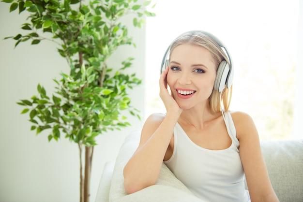 Bliska Portret Zdjęcie Cute Pani Korzystających Z Utworu Za Pomocą Słuchawek Premium Zdjęcia