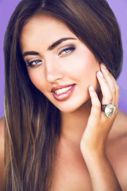Bliska Portret Zmysłowej Pięknej Kobiety Z Doskonałej Skóry I Naturalnego Blasku Makijaż Darmowe Zdjęcia