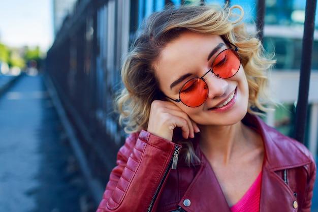 Bliska Pozytywny Portret Wesoła Szczęśliwa Kobieta W Różowym Swetrze Darmowe Zdjęcia