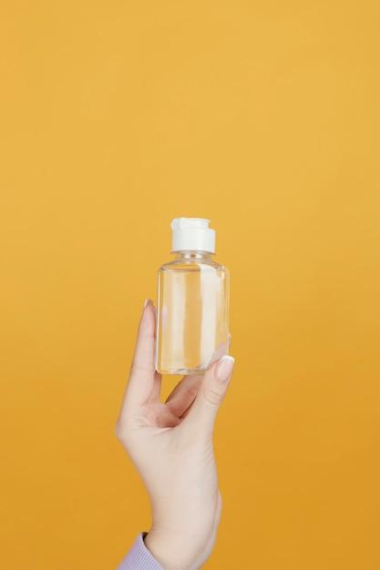 Bliska Ręka Z Butelką Do Dezynfekcji Rąk Darmowe Zdjęcia