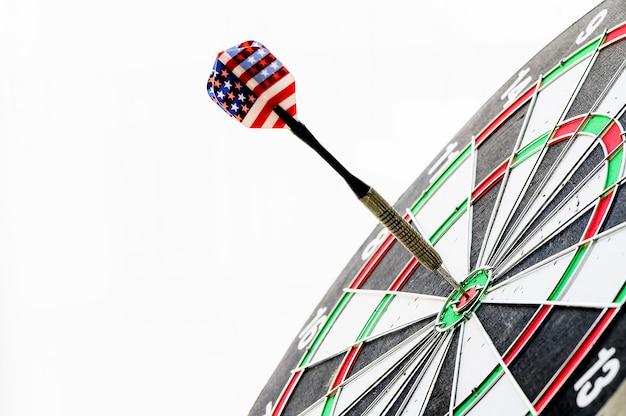 Bliska strzał strzałki dart uderzył w bulleyes tarczy. cel i cel jako koncepcja. Premium Zdjęcia