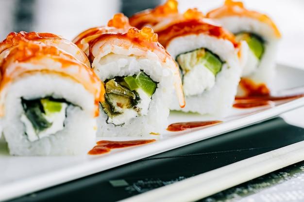 Bliska Sushi Rolki Z Wodorostów Papryki I Ryby Pokryte Krewetkami Darmowe Zdjęcia