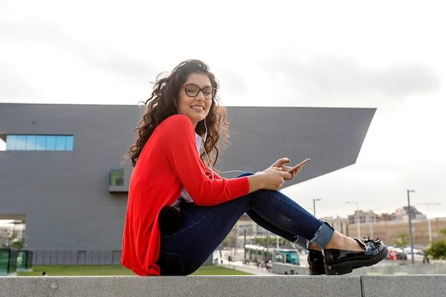 Bliska Szczęśliwa Młoda Kobieta Rozmawia Z Telefonem Komórkowym Poza Miastem Premium Zdjęcia