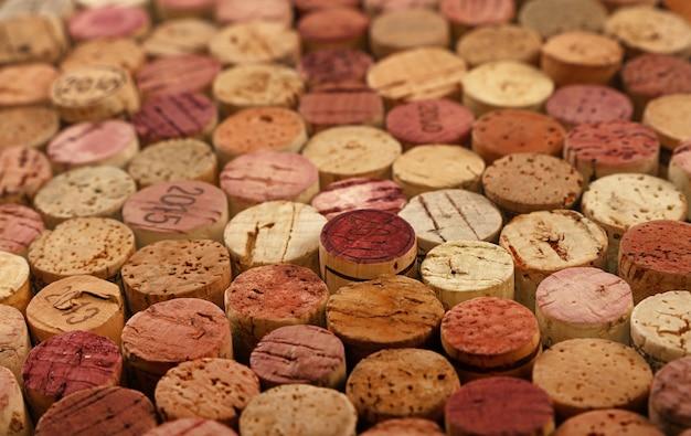 Bliska Wzór Tła Wielu Różnych Skumulowanych Używanych Korków Czerwonego Wina, Wysoki Kąt Widzenia Premium Zdjęcia