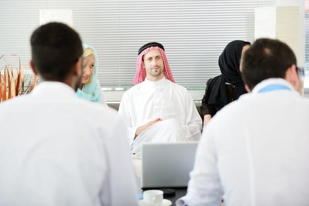 Bliskowschodni Ludzie Biznesu W Nowożytnym Biurze Premium Zdjęcia