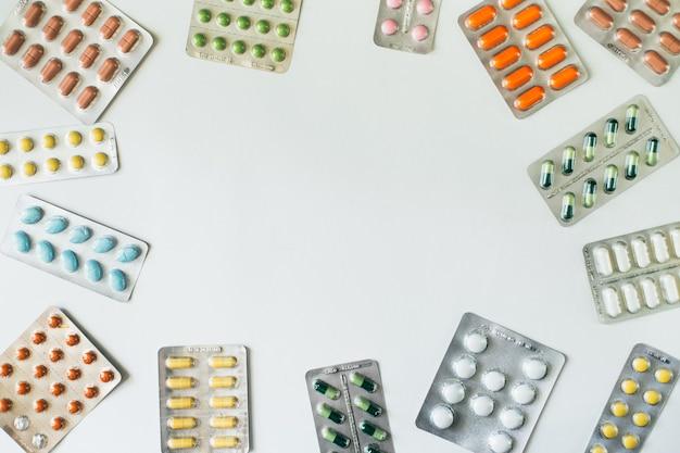 Blistry Z Kolorowymi Tabletkami Na Białym Tle. Widok Z Góry. Leżał Na Płasko. . Wysokiej Jakości Zdjęcie Premium Zdjęcia