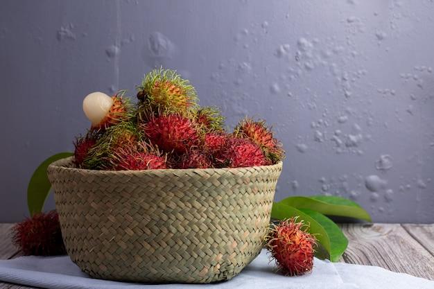 Bliźniarki Owoc W Koszu Na Kuchennym Stole, Tajlandzka Słodka Owoc. Premium Zdjęcia