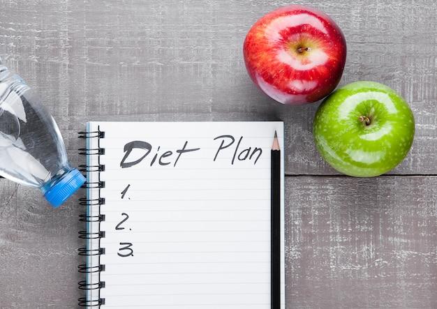 Bloczek Z Jabłkami I Wodą Jako Pomysł Diety Na Desce Premium Zdjęcia