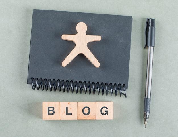 Blog Zauważa Koncepcja Z Drewnianymi Klockami, Długopis I Czarny Notatnik Widok Z Góry. Darmowe Zdjęcia