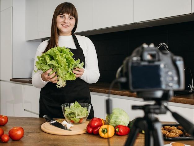 Blogerka Nagrywa Się Aparatem Podczas Przygotowywania Sałatki Darmowe Zdjęcia