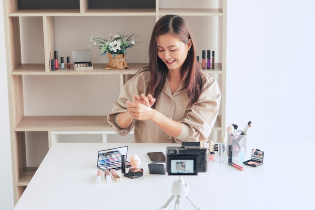Blogerka Urody Nagrywająca Wideo I Prezentująca Kosmetyki W Domu Premium Zdjęcia