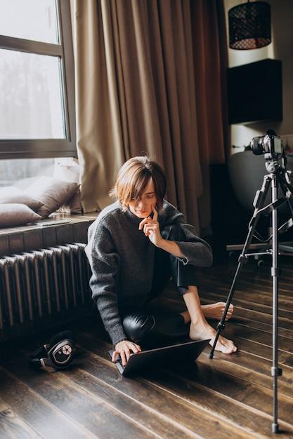 Blogerka wideo filmująca nowe vlogi dla swojego kanału Darmowe Zdjęcia