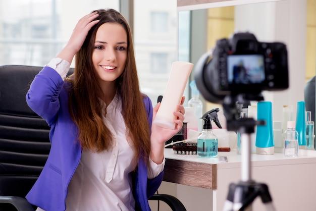 Blogerka zajmująca się modą piękności nagrywa filmy na blogu Premium Zdjęcia