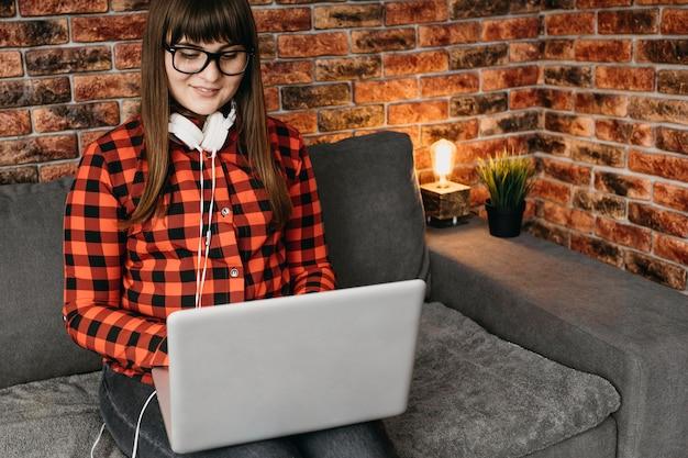 Blogerka Ze Słuchawkami Przesyłająca Strumieniowo Online Z Laptopa Darmowe Zdjęcia