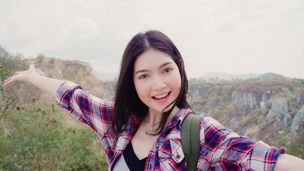 Blogger asian backpacker kobieta nagrywa wideo vlog na szczycie góry Darmowe Zdjęcia