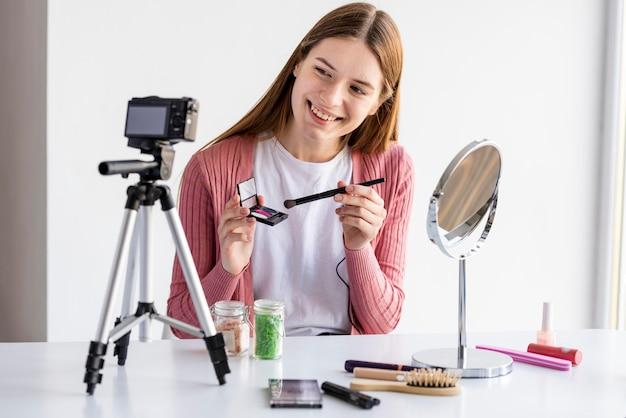 Blogger Prezentujący Akcesoria Do Makijażu Darmowe Zdjęcia
