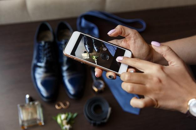 Blogger Robi Wideoblog Promocyjny Lub Sesję Zdjęciową Na Weselu. Vlogger Lub Dziennikarz Lub Bloger Nagrywający Wideo Za Pomocą Smartfona W Dniu ślubu. Selektywne Skupienie Się Na Rękach Ze Smartfonem Premium Zdjęcia