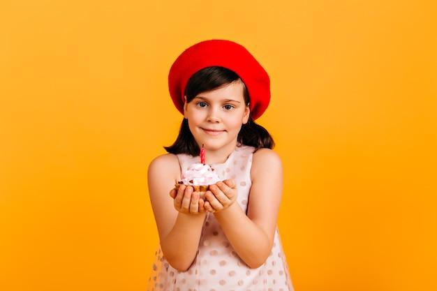 Błogi Dzieciak Obchodzi Urodziny. Widok Z Przodu Preteen Dziewczyna Z Ciastem Na Białym Tle Na żółtej ścianie. Darmowe Zdjęcia