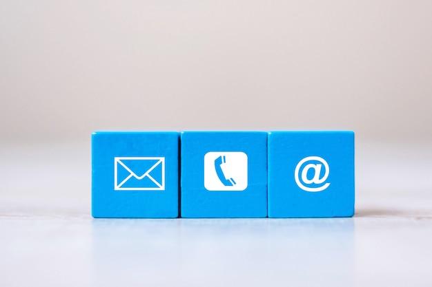 Blok Kostki Z Symbolem Strony Internetowej E-mail, Telefon I Adres Na Tle Tabeli Premium Zdjęcia