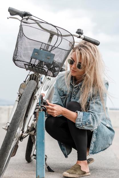 Blond Kobieta Kładzie Blokadę Roweru Darmowe Zdjęcia