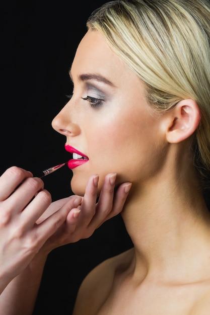 Blond Kobieta O Jej Usta Wykonane Przez Charakteryzator Premium Zdjęcia