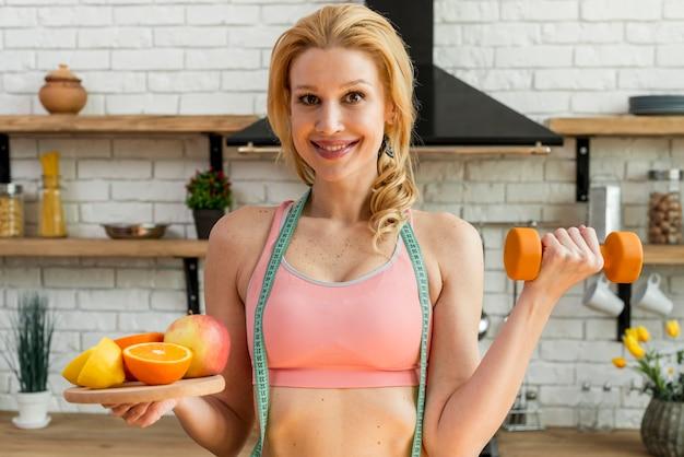 Blond Kobieta W Kuchni Z Owoc Darmowe Zdjęcia